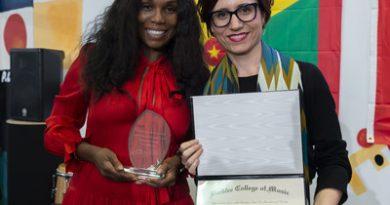 Yvette Noel-Schure, PR Executive dans le secteur de la musique, reçoit le prix Master of Global Entertainment Award de Berklee au campus de Berklee à Valence, en Espagne